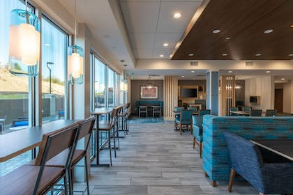 Restaurant | Holiday Inn Express & Suites Gainesville - Lake Lanier Area