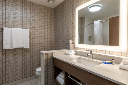 Guestroom   Holiday Inn Express & Suites Gainesville - Lake Lanier Area