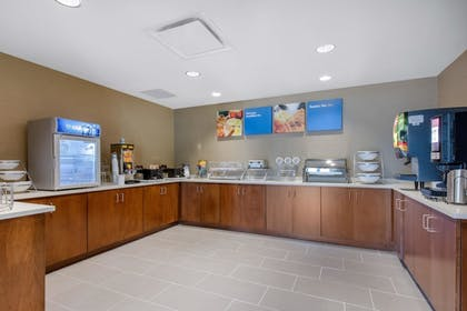 Breakfast Area | Comfort Inn & Suites at CrossPlex Village