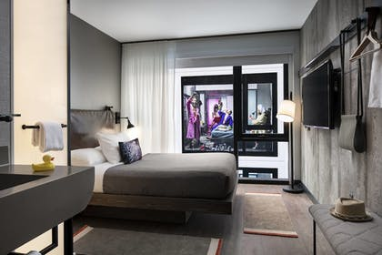 Guestroom   Moxy Chicago Downtown