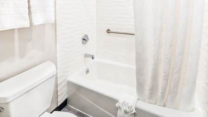 Deep Soaking Bathtub | Hollywood Inn Suites Hotel