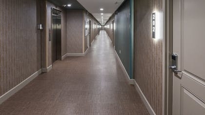 Hallway | Hollywood Inn Suites Hotel