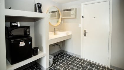 Private Kitchenette | Waikiki Village Retro Motel by Oceana Resorts