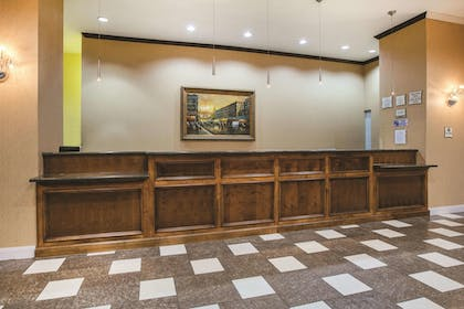 Lobby | La Quinta Inn & Suites by Wyndham Dallas South-DeSoto