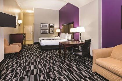 Guestroom | La Quinta Inn & Suites by Wyndham Dallas South-DeSoto