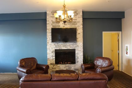 Lobby Sitting Area | Best Western Crater Lake Highway White City/Medford