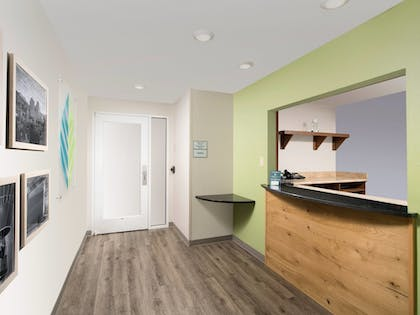 Lobby | WoodSpring Suites Wilmington
