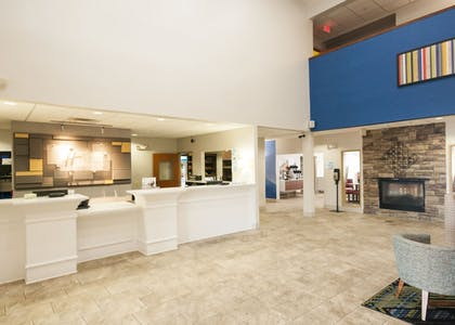 Lobby | Holiday Inn Express & Suites Waukegan