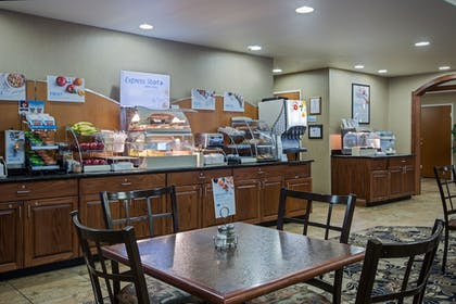 Restaurant | Holiday Inn Express Hotel & Suites Lewisburg