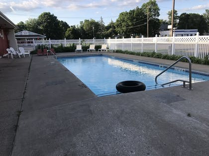 Outdoor Pool | Best Nights Inn