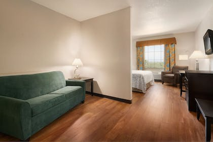 Guestroom | Days Inn & Suites by Wyndham San Antonio near AT&T Center