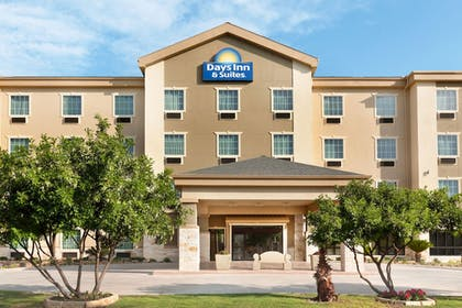 Exterior | Days Inn & Suites by Wyndham San Antonio near AT&T Center