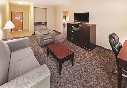 Guestroom | La Quinta Inn & Suites by Wyndham DFW Airport West - Bedford
