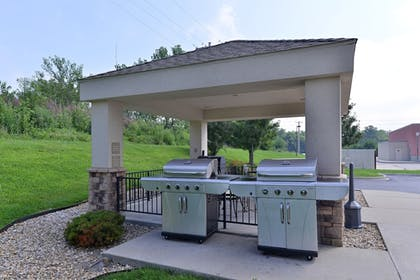 BBQ/Picnic Area | Candlewood Suites Springfield North