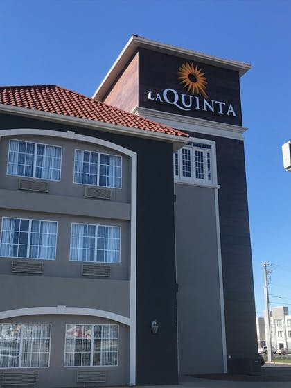 Hotel Front | La Quinta Inn & Suites by Wyndham Bowling Green