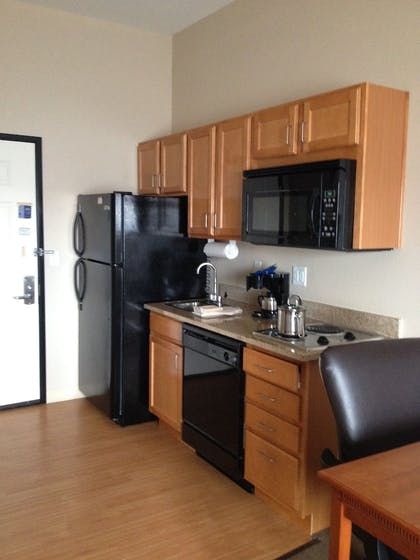 In-Room Kitchen | Candlewood Suites PARACHUTE