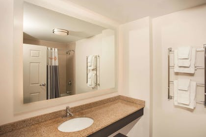 Bathroom | La Quinta Inn & Suites by Wyndham Chicago Downtown