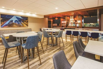 Hotel Bar | La Quinta Inn & Suites by Wyndham Chicago Downtown