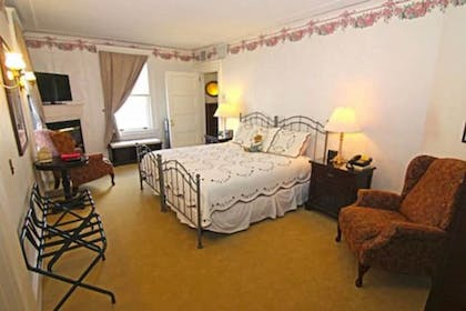 Guestroom | Gateways Inn & Restaurant