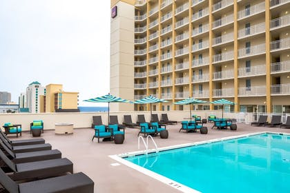 Outdoor Pool | Comfort Suites Beachfront