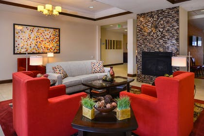 Lobby Sitting Area | Holiday Inn Express Hotel & Suites Pittsburg