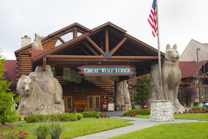 Hotel Entrance   Great Wolf Lodge Concord