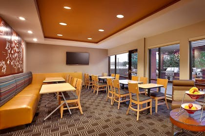 Restaurant | TownePlace Suites by Marriott Omaha West