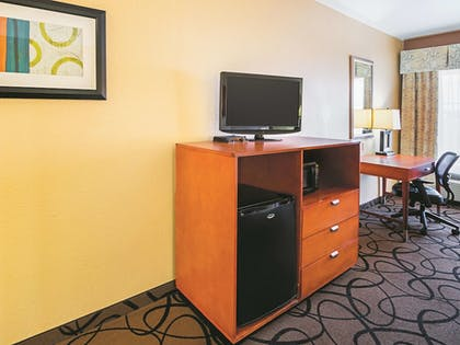 Guestroom | La Quinta Inn & Suites by Wyndham Ft. Worth - Forest Hill TX