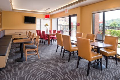 Restaurant | TownePlace Suites by Marriott Huntington