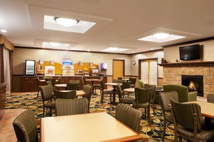 Restaurant | Holiday Inn Express Hotel & Suites Peru - Lasalle Area