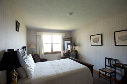 Guestroom | East Wind Inn