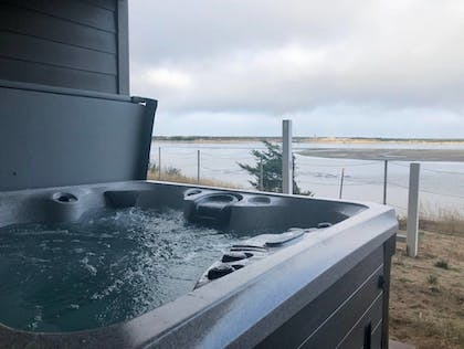 Outdoor Spa Tub | Seagate: Starboard~coos Bay~premiere Property