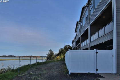 Hotel Front | Seagate: Starboard~coos Bay~premiere Property