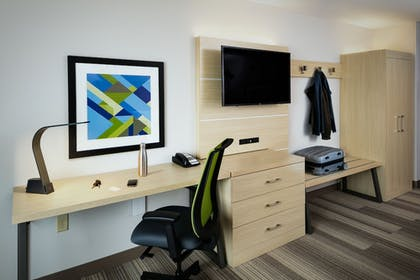 Guestroom | Holiday Inn Express & Suites Medford