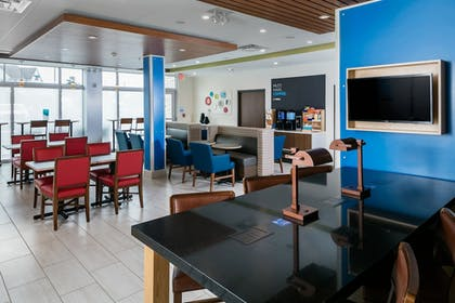 Restaurant | Holiday Inn Express & Suites Medford