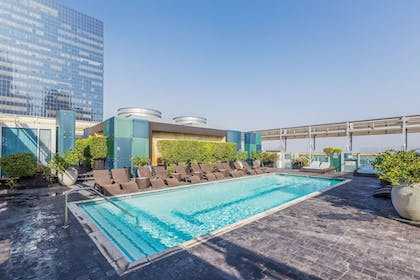 Outdoor Pool | 1010 WILSHIRE SERVICED APTS