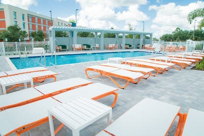 Pool | Holiday Inn & Suites Orlando - International Dr S