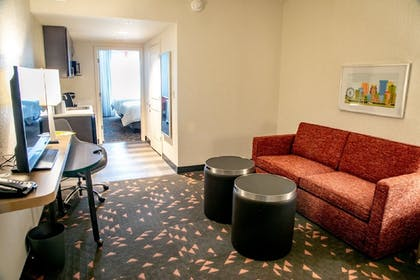 Living Room | Holiday Inn & Suites Orlando - International Dr S