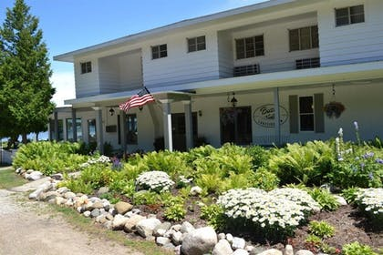 Hotel Front | Buzz's Lakeside Inn