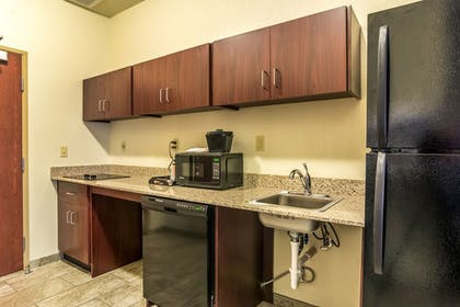 Private Kitchenette | Cobblestone Hotel and Suites Torrington