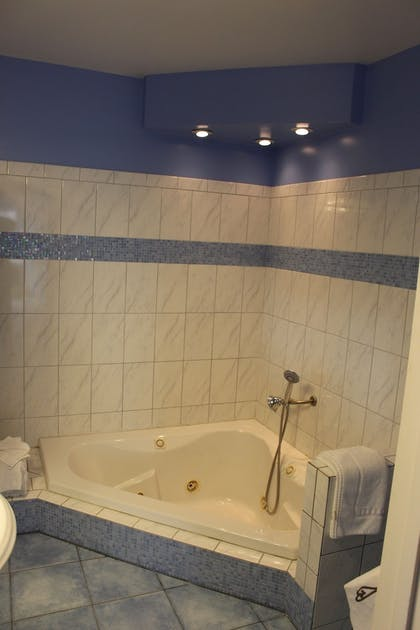 Jetted Tub | Edgewater Beach inn and suites