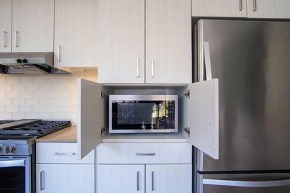 Private Kitchen   WhyHotel Seattle-Belltown Luxe Suites Wall Street
