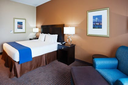 Guestroom | Holiday Inn Express & Suites Mt. Pleasant
