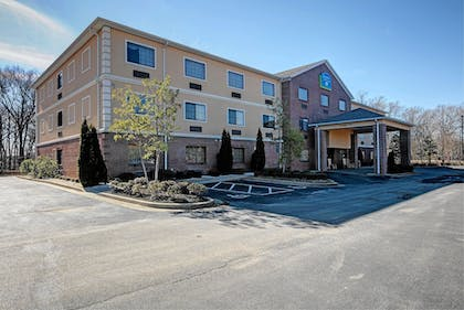 Hotel Front | Magnolia Inn and Suites Olive Branch