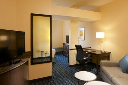 Guestroom | Fairfield Inn & Suites Houston Intercontinental Airport
