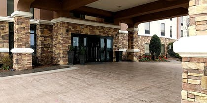 Hotel Entrance | Hampton Inn & Suites Tulsa/Tulsa Hills