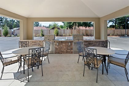BBQ/Picnic Area | Candlewood Suites Lakewood