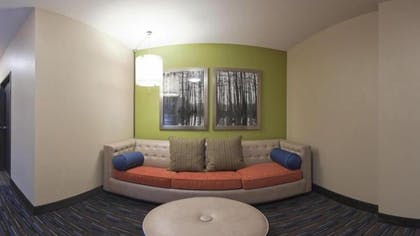 Living Room | Holiday Inn Express Hotel & Suites Fulton