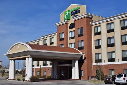 Featured Image | Holiday Inn Express Hotel & Suites Pratt
