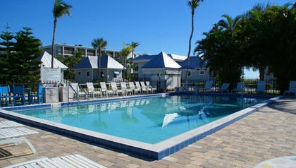 Outdoor Pool | Shalimar Cottages and Motel